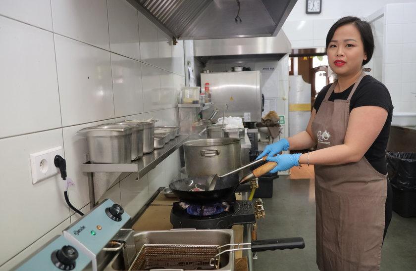 Lilly sama gotuje w kuchni