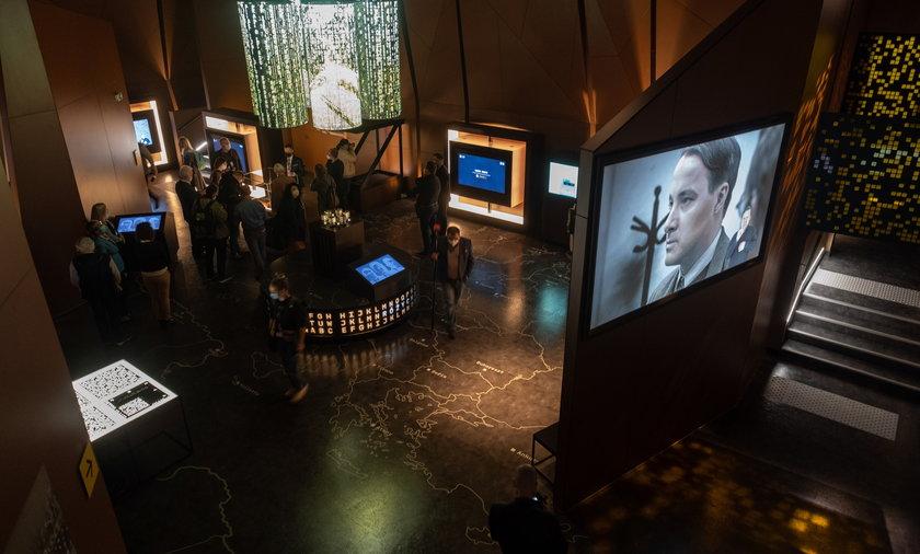 Wystawa ma charakter multimedialny. Zwiedzający mają w centrum wiele eksponatów do podziwiania.