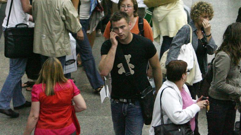 Słynny piłkarz łatwo wmieszał się w tłum podróżnych