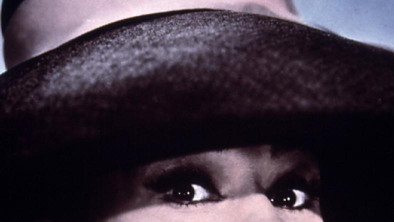 """Truman Capote napisał swoją nowelę """"Śniadanie u Tiffany'ego"""" w 1958 roku. Jego debiutancka powieść """"Innego głosy, inne ściany"""" (1948) i kampania reklamowa związana z jej opublikowaniem przyniosła młodemu autorowi, wówczas zaledwie 24-letniemu, ogólnokrajową sławę. Jednak dopiero jego następne dzieło sprawiła, że nazwisko Capote'a stało się jednym z najbardziej znaczących w nowojorskim środowisku literackim"""