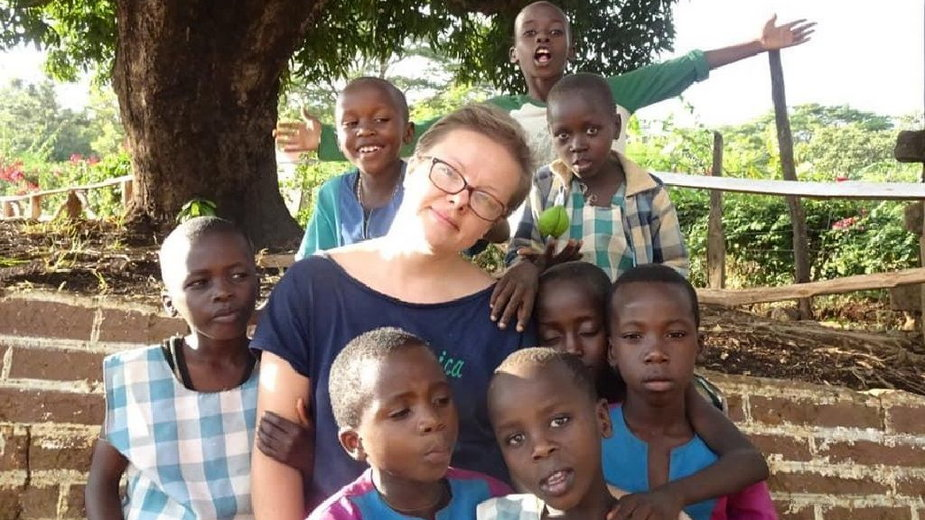 Ewa Korbut z wychowankami szkoły-sierocińca