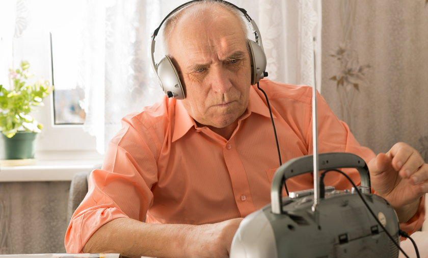 Większość słuchających radia Polaków dalej ma radioodbiorniki przystosowane do odbioru fal w paśmie UKF.