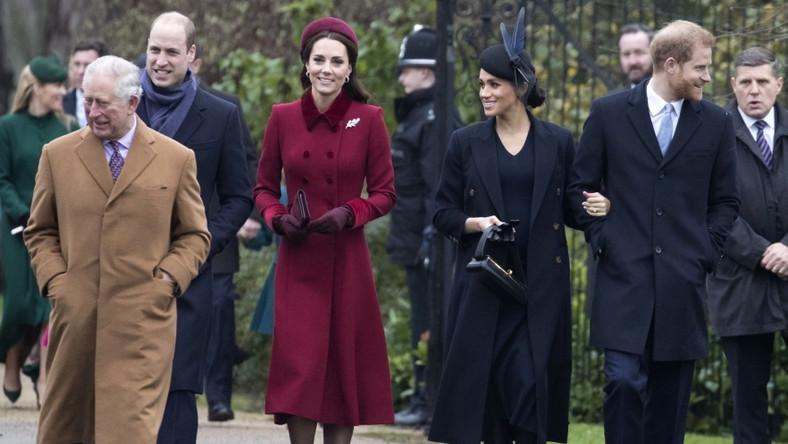 Rodzina królewska tradycyjnie brała udział w świątecznej mszy, po której zrobiła sobie krótki spacer. Po tym, jak opublikowano zdjęcia z niego, Internet zalała fala porównań stylu księżnych Catherine i Meghan...