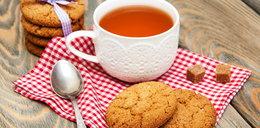 Czy wypada maczać ciastka w herbacie? Ekspert odpowiada