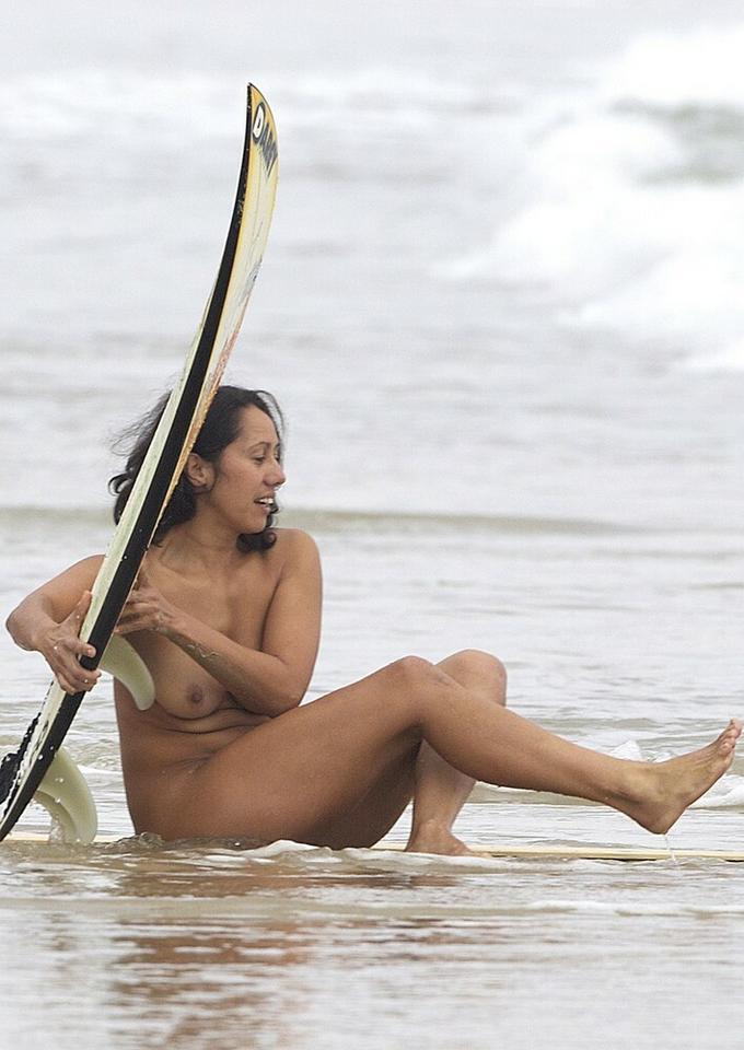 Naga surferka