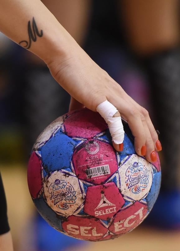 Tetovaža, nalakirani nokti, lopta i ljubav prema rukometu - Srpkinje su spremne za Evropsko prvenstvo
