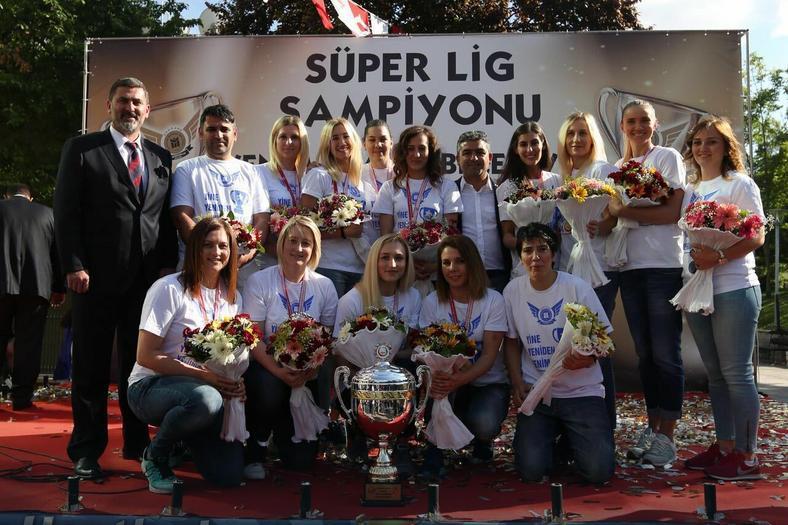 Anna Wysokińska (pierwsza z lewej na dole) razem z drużyną Yenimahalle Ankara po zdobyciu mistrzostwa Turcji