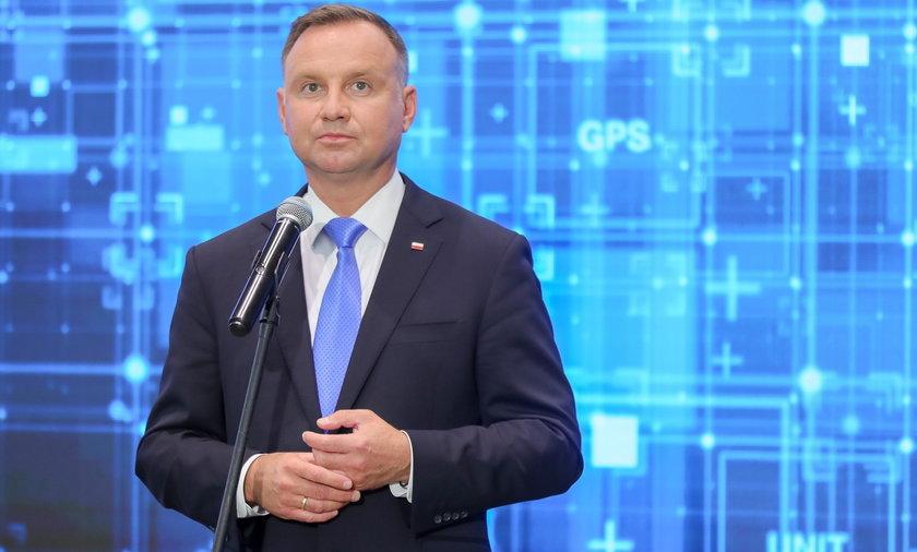 """Duda skomentował sytuację na granicy polsko-białoruskiej. Mówi o """"hasaniu nieodpowiedzialnych ludzi""""."""