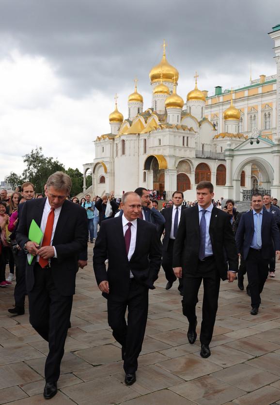 Vladimir Putin i Dmitrij Peskov u Moskvi