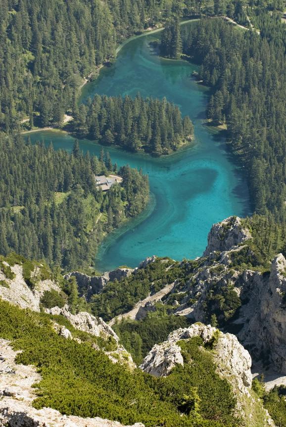 Jezero se nalazi u podnožju planina sa koji se na proleće topi sneg i odlazi u jezero