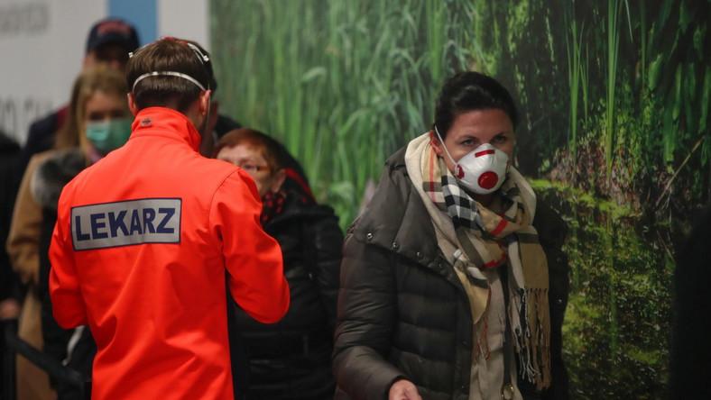Pasażerowie z Mediolanu poddawani badaniu zgodnie z wprowadzonymi przez krakowskie lotnisko procedurami