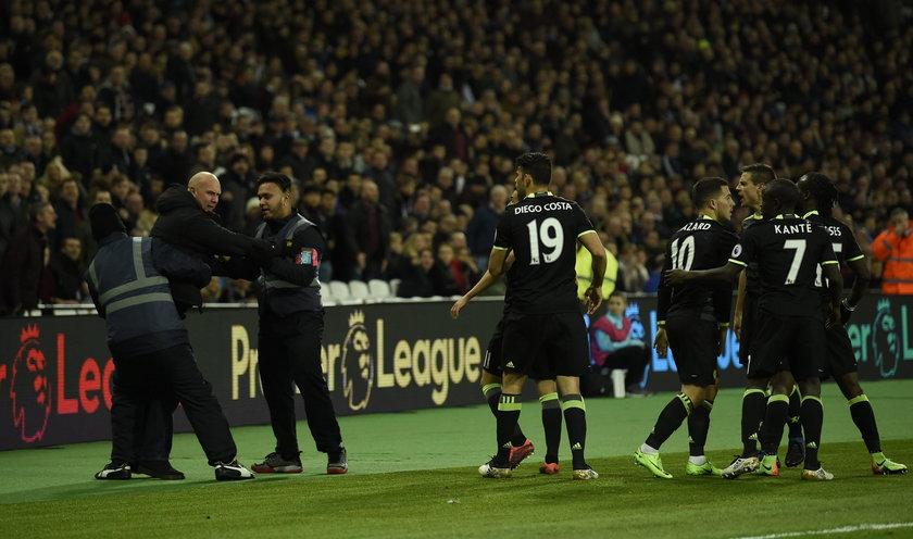 Kibic rzucił się na piłkarzy Chelsea Londyn po golu Hazarda w derbach