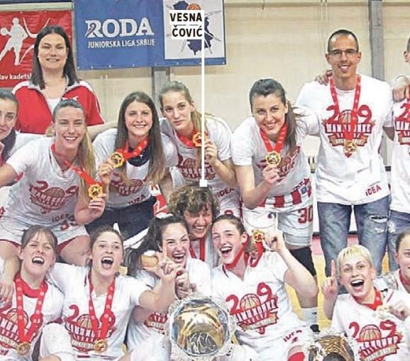 Vesna Čović sa crveno-belim šampionkama Srbije