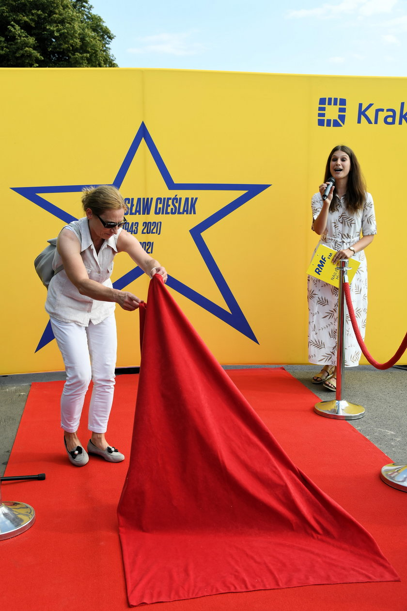 W Krakowie Anna Cieślak, wdowa po Bronisławie Cieślaku, odsłoniła upamiętniającą aktora gwiazdę