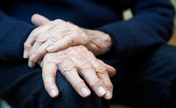 Dłonie starszego mężczyzny, senior
