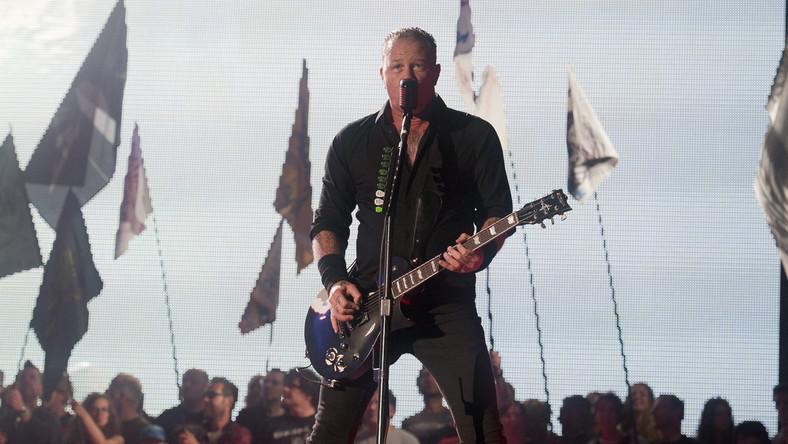 """– Cieszymy się i jesteśmy zaszczyceni, że możemy być na Glasto i reprezentować, powiedzmy, cięższą stronę muzyki –mówił ze sceny James Hetfield, a cały koncert zespół poprzedził projekcjąspecjalnego filmu pod tytułem """"Glastallica"""", żartobliwej opowieści o myśliwym, który zostaje zastrzelony przez… niedźwiedzia. W finale owym niedźwiedziem okazali sięmuzycy Metalliki"""