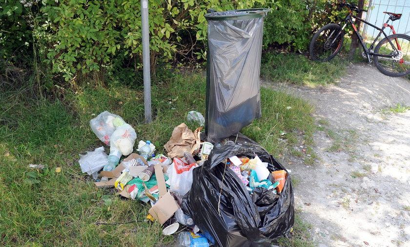 Śmieci an kąpielisku zakrzówek