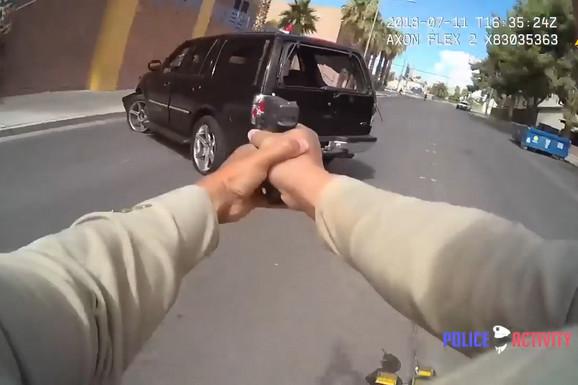 PRETVORILI BULEVAR U BOJNO POLJE Policajac jurio kriminalce, pa ispalio 31 metak KROZ SVOJU ŠOFERŠAJBNU (VIDEO)