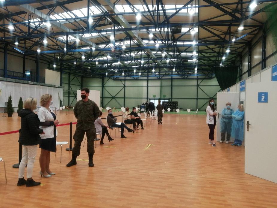 Punkt szczepień w hali sportowej w Skierniewicach