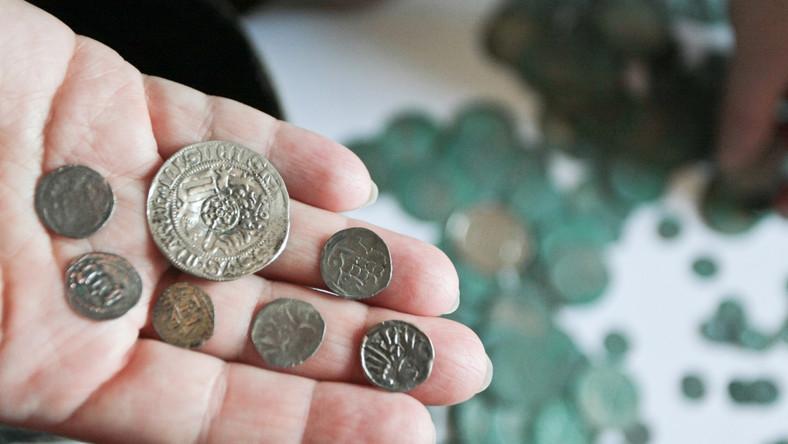 Ukryte przy drodze dwa garnki, a w nich 6.159 monet, w tym 5.370 mniejszych denarów i 787 większych groszy praskich - taki skarb znalazł leśniczy z Nadleśnictwa Krzystkowice...
