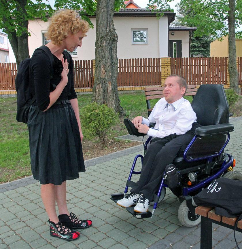 Dariusz Waśko jeżdżący na wózku był honorowym gościem na spektaklu