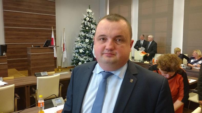 Tomasz Klimczak ma 41 lat, niedawno odszedł z klubu radnych PiS