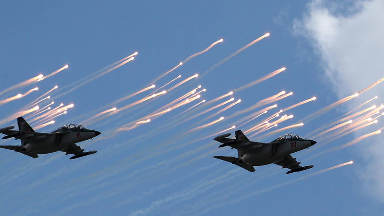 MINSK, BELARUS - MAY 9, 2020: Sukhoi Su-30 fighter jets fly in formation during a Victory Day air show marking the 75th anniversary of the victory over Nazi Germany in World War II. Natalia Fedosenko/TASS Dostawca: PAP/ITAR-TASS.