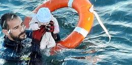 Fala uchodźców zalewa Ceutę. Zdjęcie ratownika ratującego z morza niemowlę obiegło świat