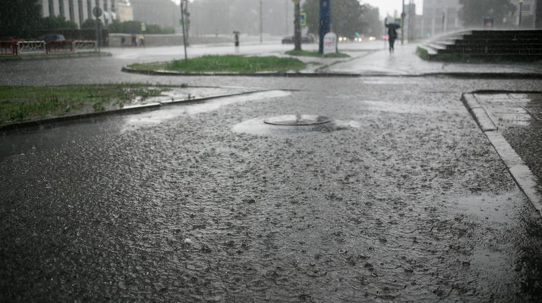 IMGW ostrzega: nadciągają intensywne opady deszczu