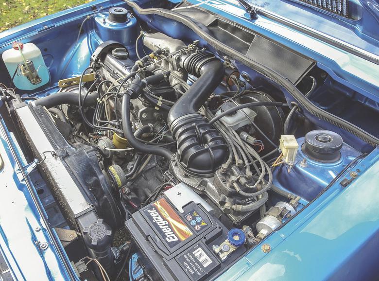"""Jeżeli na tylnej klapie znajduje się napis """"GTI"""", to znaczy, że z przodu pracuje 110-konny silnik. Jednostka o pojemności 1588 ccm trafiła pod maskę Scirocco w 1976 roku. Trzy magiczne litery Scirocco zawdzięcza Audi. Silnik EA-827, wykorzystujący wtrysk paliwa Boscha K-Jetronic, zadebiutował w 1975 roku w Audi 80 GT/E. Później trafił pod maskę Scirocco GTI. VW zastosował specjalną chłodnicę oleju oraz większą chłodnicę wody."""