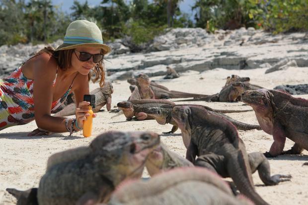 Ania i różowe iguany na Leaf Cay, Bahamy