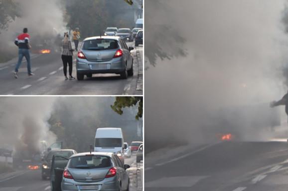 NIJE BILO POVREĐENIH Automobil PLANUO U VOŽNJI kod Sarajeva, vozač i građani pokušavali ugasiti BUKTINJU