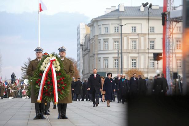 Jesteśmy Polakami i obowiązki mamy polskie - od prawa do lewa; niech to będzie lekcja dla nas i dla następnych pokoleń, że Polska najlepiej się rozwija i jest najsilniejsza, gdy rozumiemy, że najważniejsze sprawy polskie musimy prowadzić wspólnie - mówił w poniedziałek prezydent Andrzej Duda.