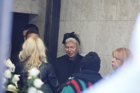 POTRESNE SCENE! Jelena Karleuša jutros obišla grob svoje majke! Sklanjala je osušeno cveće, a onda se pojavio ON! VIDEO