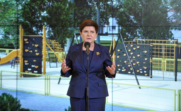 W ocenie premier, przez wiele lat dzięki poprawności politycznej politycy PO czerpali zyski, np. Donald Tusk otrzymał stanowisko szefa Rady Europejskiej.