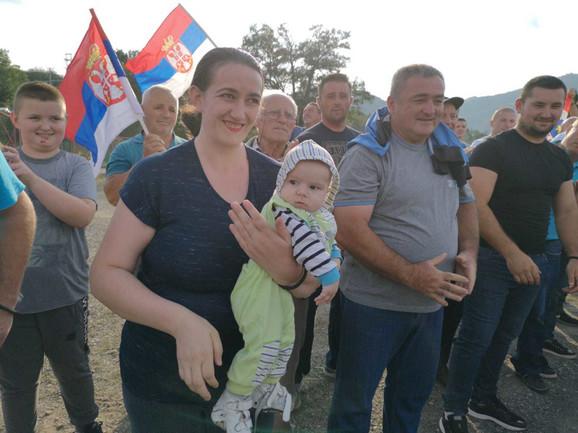 Vučića u Lešku dočekao veliki broj Srba