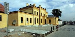Takie cuda przed wyborami! Dworzec otwarty po remoncie, a w środku plac budowy!