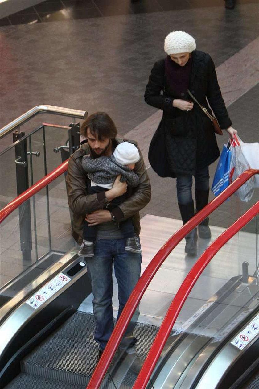 Mąż Jusis w opuszczonych spodniach. Foto