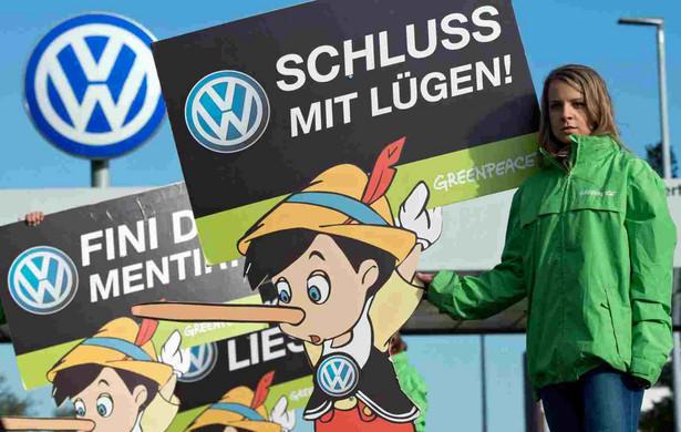 Protest aktywistów z Greenpease przeciw Volkswagenowi, Fot. EPA/JULIAN STRATENSCHULTE Dostawca: PAP/EPA.
