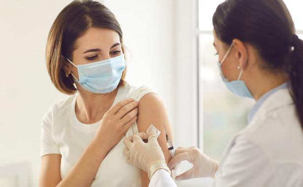 Wraz ze szczepieniami kolejnych grup dysproporcja pomiędzy kobietami i mężczyznami powinna się zmniejszać