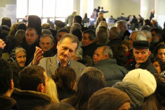 Nekoliko hiljada Beograđana čekalo je u redu za Bus Plus karticu