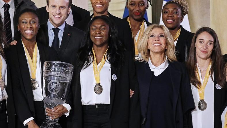Zdjęcia, na podstawie których internauci zaczęli snuć teorie o zmianach na twarzy pierwszej damy Francji, zrobiono podczas spotkania pary prezydenckiej z piłkarkami ręcznymi, które wróciły do kraju z tytułem mistrzyń świata...