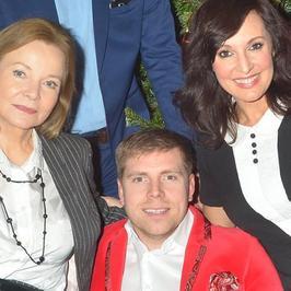 Jego ślubem żyły polskie media. Teraz wydaje świąteczny klip z udziałem gwiazd. Będzie przebojem?