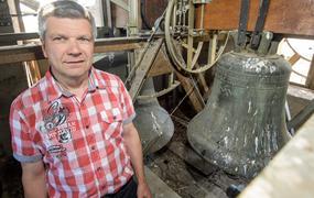 431731adbb Szivárványszínű horogkeresztes mintával árulna pólókat a divatcég · Senki  nem vette észre: 82 évig lógott a horogkeresztes harang egy német  templomban - ...