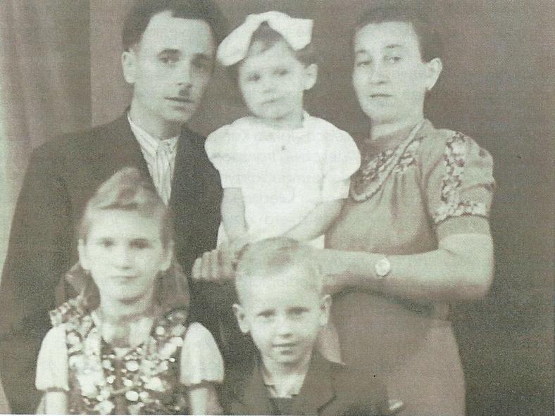Państwo Grzesiakowie z dwoma córkami, na dole z prawej: mały Eugeniusz