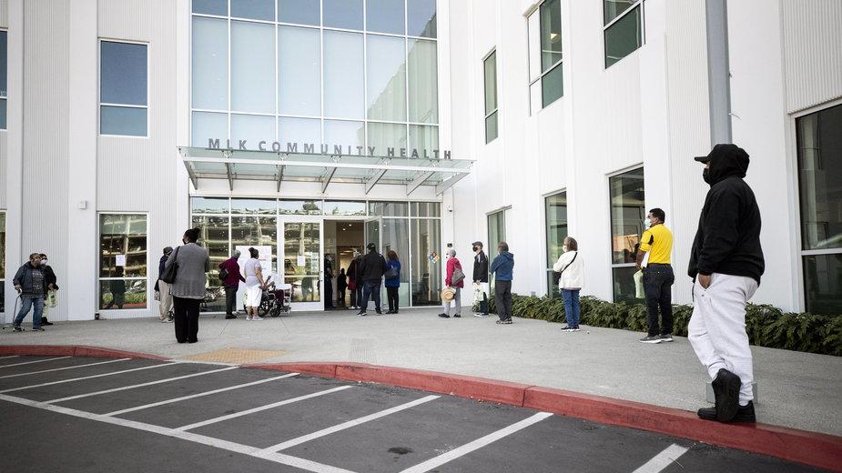 Pacjenci czekający na szczepionkę przed szpitalem w Compton w stanie Kalifornia