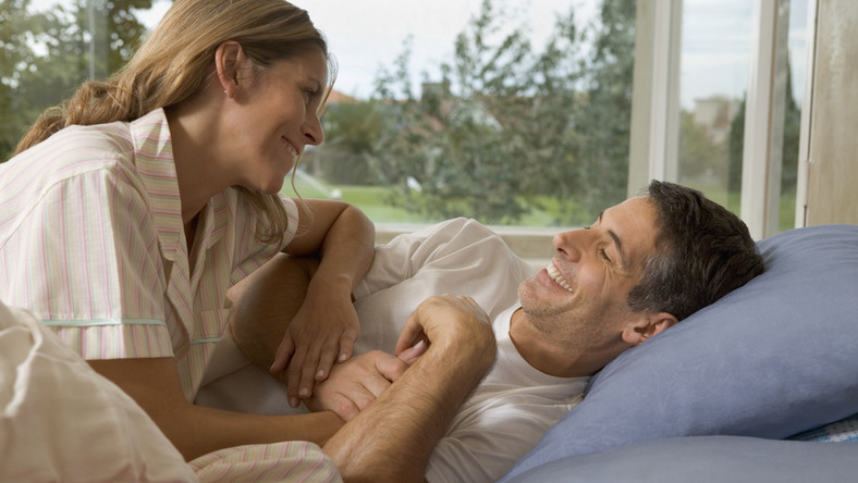Paradoksem jest, że o seksie mówią i trąbią wszyscy – tylko nie rozmawiają ze sobą o nim partnerzy seksualni. Dlaczego tak trudno rozmawia się o seksie? Technicznie rzecz biorąc, język polski takim rozmowom nie sprzyja, bo możemy sięgać albo do słownika medycznego albo takiego, który - w zależności od wrażliwości - bywa uznawany za wulgarny lub jest gdzieś na granicy wulgarności. Brak nam więc często języka - takiego zwyczajnego - by o seksie porozmawiać. Po drugie brak komunikacji często wynika ze wstydu. Wstydzimy się, więc milczymy.