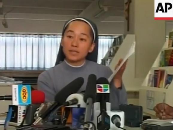 Sestra Čeong u obraćanju medijima
