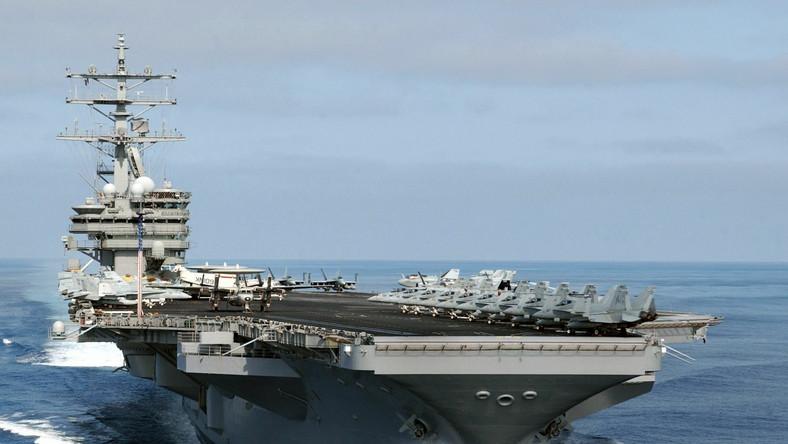 Atomowy lotniskowiec USS Reagan pryszedł z pomocą statkowi wycieczkowemu