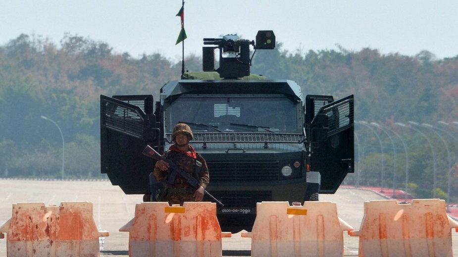 Wojsko blokujące drogę do parlamentu w Naypyidaw